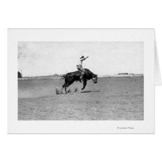Vaquero que monta a una Bull Bucking Tarjeta De Felicitación