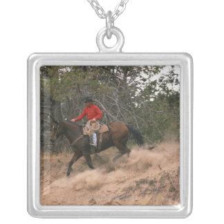 Vaquero que monta cuesta abajo collar plateado