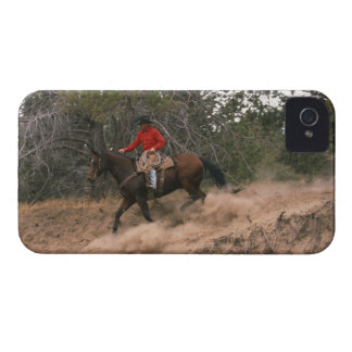 Vaquero que monta cuesta abajo iPhone 4 Case-Mate cárcasas