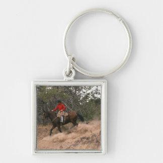 Vaquero que monta cuesta abajo llaveros personalizados
