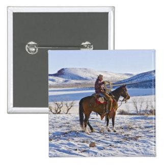 Vaquero que monta un caballo en la gama en pin cuadrada 5 cm