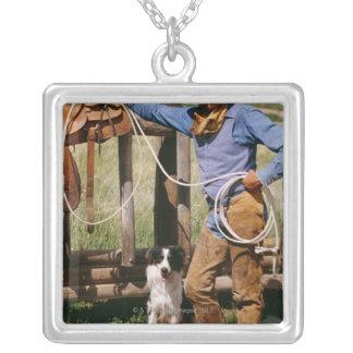 Vaquero que presenta con el lazo y el perro casero colgante cuadrado