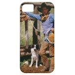 Vaquero que presenta con el lazo y el perro casero funda para iPhone 5 barely there
