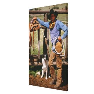 Vaquero que presenta con el lazo y el perro casero lienzo envuelto para galerias
