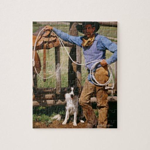 Vaquero que presenta con el lazo y el perro casero puzzle