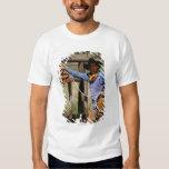 Vaquero que presenta con el lazo y el perro casero remera