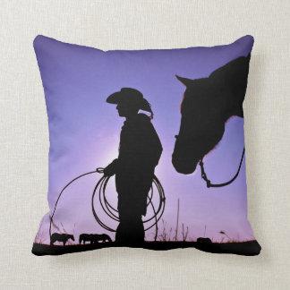 Vaquero que se coloca con su caballo cojines