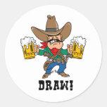 Vaquero que sostiene las tazas de cerveza pegatina redonda