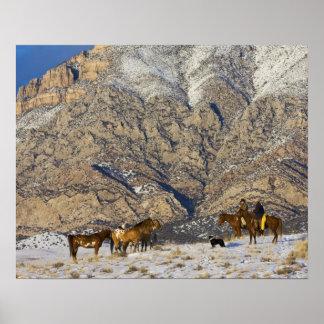Vaquero y vaquera en los caballos que miran la man poster