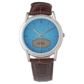 Vaqueros azules del dril de algodón con la relojes