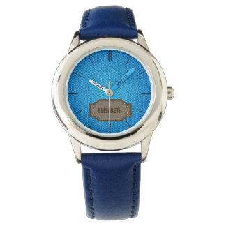 Vaqueros azules del dril de algodón con la relojes de mano