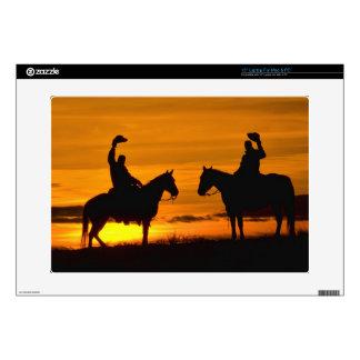 Vaqueros en canto en la puesta del sol skins para 38,1cm portátiles