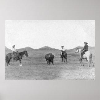 Vaqueros en los caballos Roping la fotografía del  Poster