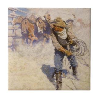 Vaqueros occidentales del vintage, en el corral azulejo cuadrado pequeño