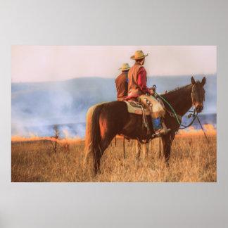 Vaqueros que miran el Burning de las colinas del Póster