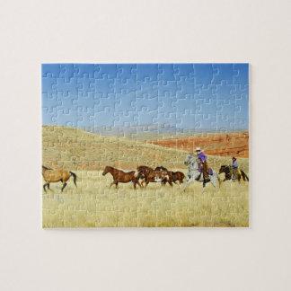 Vaqueros que reúnen caballos rompecabezas con fotos