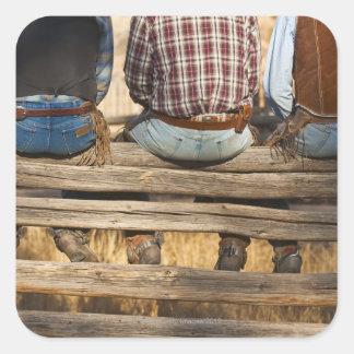 Vaqueros que se sientan en la cerca pegatinas cuadradas personalizadas