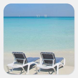 Varadero, Cuba. Sillas de la arena y de playa Pegatina Cuadrada