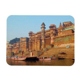 Varanasi la India según lo visto del río de Ganga Imán