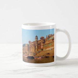 Varanasi la India según lo visto del río de Ganga Taza Básica Blanca