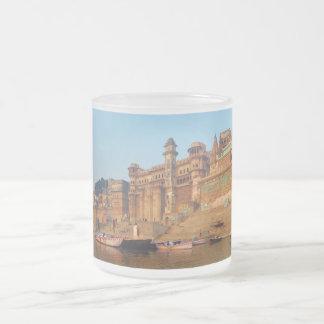 Varanasi la India según lo visto del río de Ganga Taza Cristal Mate