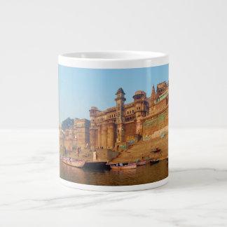 Varanasi la India según lo visto del río de Ganga Taza Grande