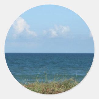 Vare la duna con agua azul y el cielo, la Florida Etiquetas Redondas