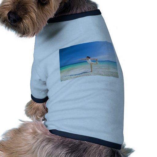 vare la yoga realizada por una hembra asiática mad camisetas de perro