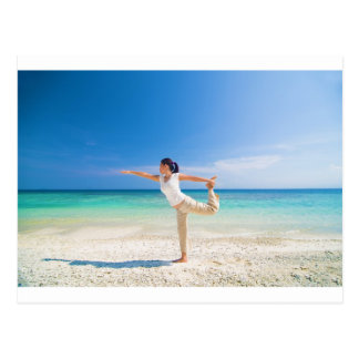 vare la yoga realizada por una hembra asiática mad tarjetas postales