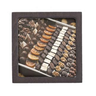 Variedad de almendras garapiñadas artesanales del  caja de joyas de calidad