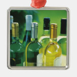 Variedad de botellas de vino ornato