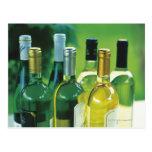 Variedad de botellas de vino postal