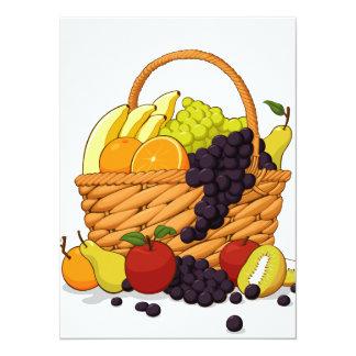 Variedad de frutas frescas en una cesta invitaciones personalizada