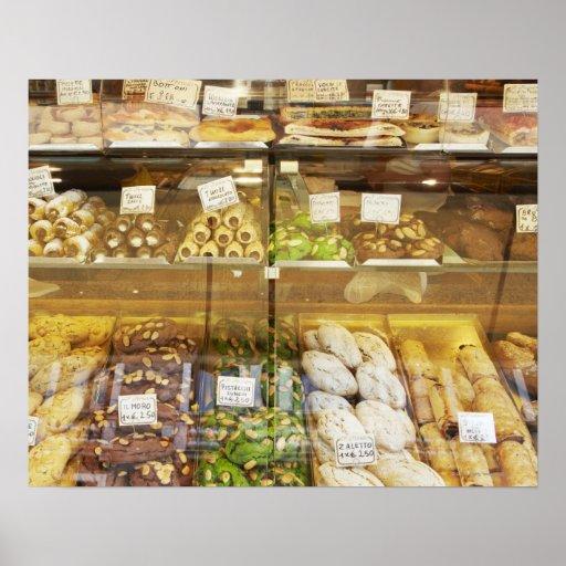 Variedad de galletas en vitrina poster
