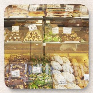 Variedad de galletas en vitrina posavasos de bebidas