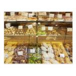 Variedad de galletas en vitrina tarjeta postal