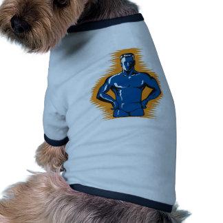 varón del super héroe que coloca retro delantero camisetas de perro