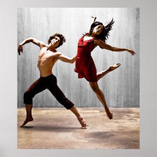 Varón y bailarines modernos de sexo femenino en póster