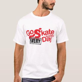 """vaya a andar en monopatín """"cada"""" camiseta del día"""