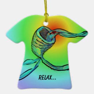 Vaya con el flujo adorno de cerámica en forma de camiseta