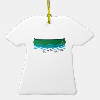 Vaya con flujo adorno de cerámica en forma de camiseta