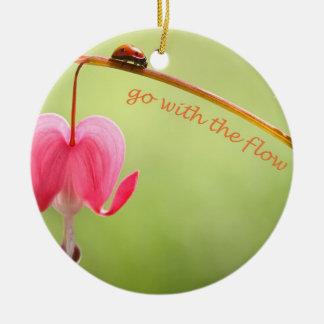 Vaya con la mariquita y la flor del flujo adorno redondo de cerámica