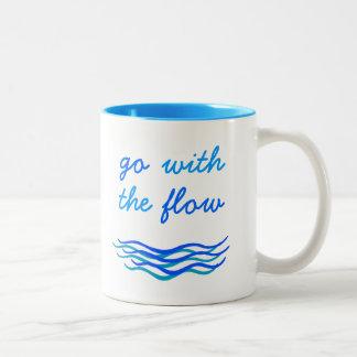 Vaya con la taza de la escritura de las ondas de