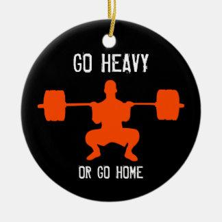 Vaya pesado o vaya a casa - levantamiento de pesas adorno navideño redondo de cerámica