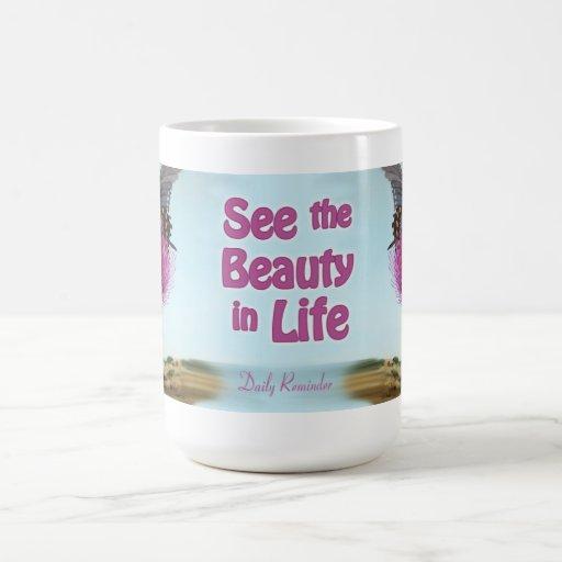 Vea la belleza en taza de la vida