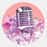 vector del micrófono del vintage de la diva del etiqueta redonda