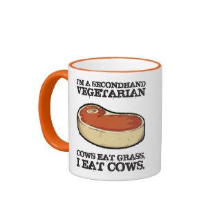Vegetariano de segunda mano - las vacas comen la taza de dos colores