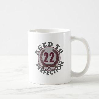 Veintidós y envejecido al cumpleaños de la perfecc taza