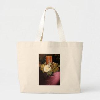 vela con las flores bolsa de mano
