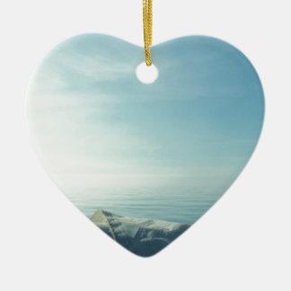 Vela cuidadosamente formada escamas adorno navideño de cerámica en forma de corazón